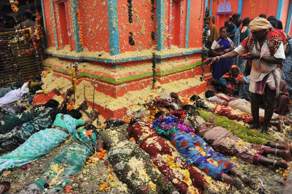 """25. INDIE, Nalgonda, 21 lutego 2011: Kobiety modlące się o płodność  podczas festiwalu """"Peddagattu Jathara"""". AFP PHOTO / Noah SEELAM"""