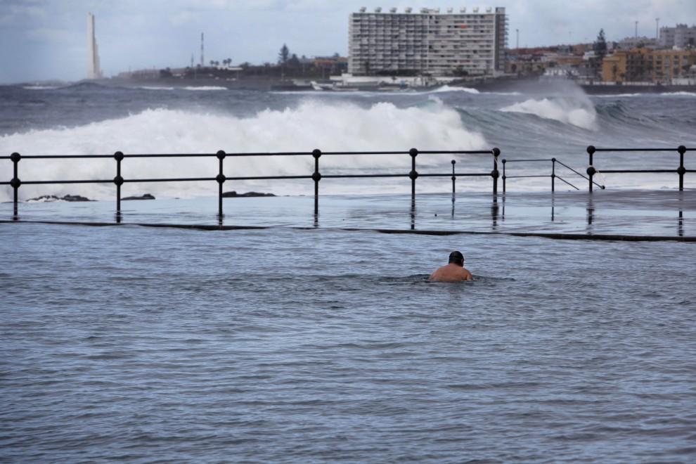25. HISZPANIA, Teneryfa, 16 lutego 2011: Fale morskie wlewają się do basenu znajdującego się w pobliżu brzegu. AFP PHOTO/ DESIREE MARTIN