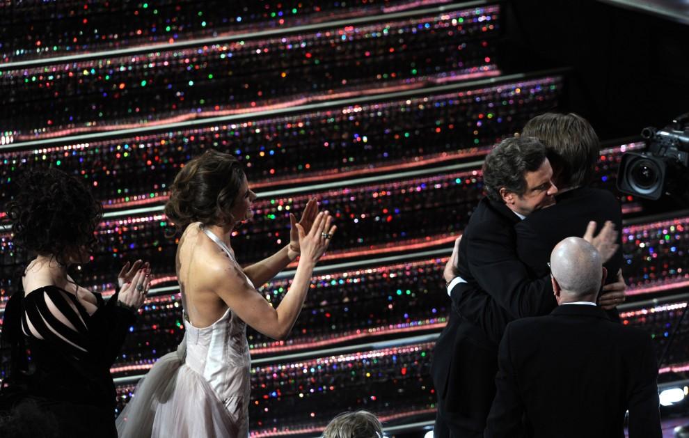 25. USA, Hollywood, 27 lutego 2011: Zdobywcy Oscarów – Colin Firth i reżyser Tom Hooper cieszą się z wyróżnień. AFP PHOTO / GABRIEL BOUYS