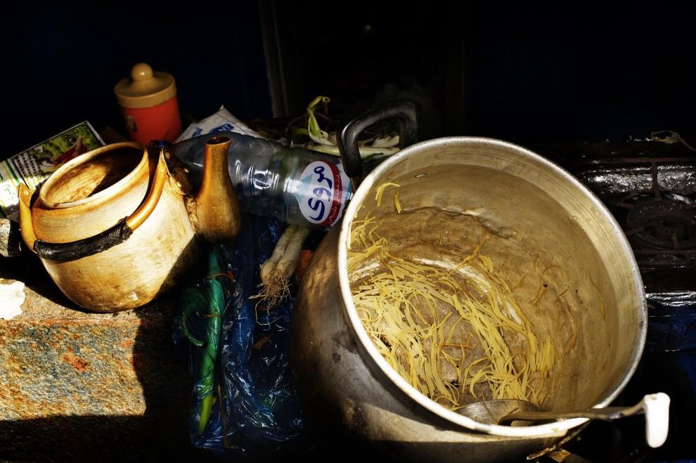 26. WŁOCHY, Lampedusa, 14 lutego 2011: Garnki i butelki pozostawione w porcie przez imigrantów z Tunezji. AFP PHOTO / ROBERTO SALOMONE