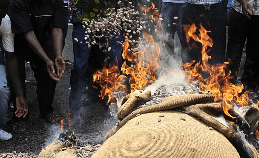 26. WYBRZEŻE KOŚCI SŁONIOWEJ, Abidjan, 17 lutego 2011: Plantatorzy palą nasiona kakaowca na znak protestu przeciw ograniczeniom eksportowym. AFP PHOTO / SIA KAMBOU