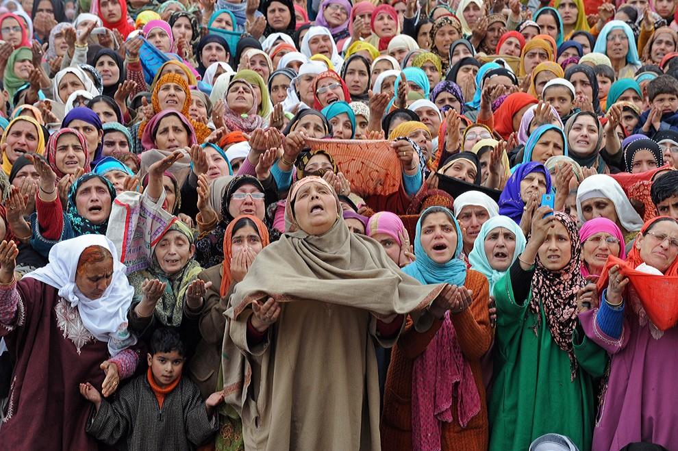 26. INDIE, Srinagar, 18 lutego 2011: Muzułmanie uczestniczący w pokazaniu relikwii proroka Mahometa – włosa z brody. AFP PHOTO/Tauseef MUSTAFA