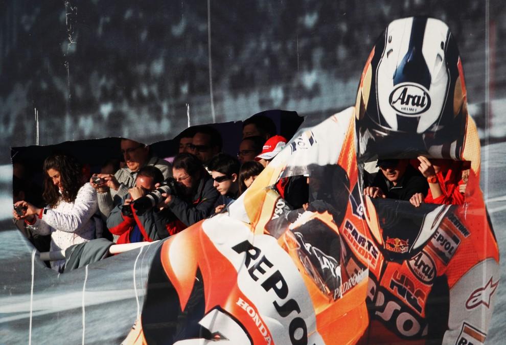 26. HISZPANIA, Walencja, 1 lutego 2011: Fani starają się sfotografować bolid Fernando Alonso. (Foto:  Paul Gilham/Getty Images)