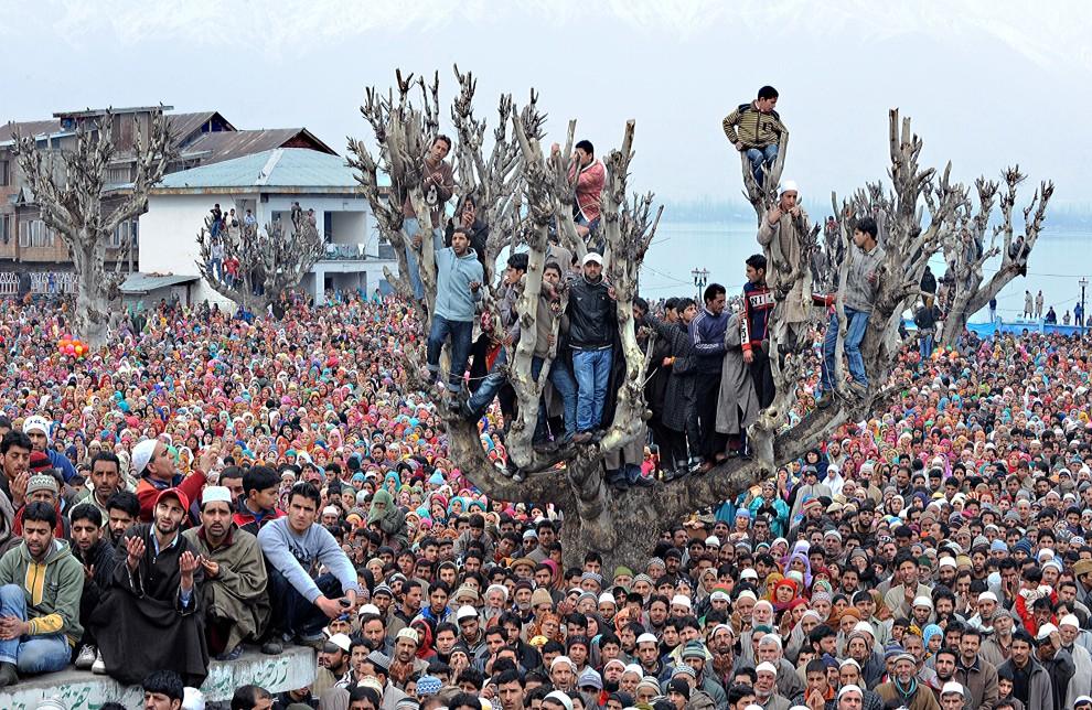 27. INDIE, Srinagar, 18 lutego 2011: Muzułmanie uczestniczący w pokazaniu relikwii proroka Mahometa – włosa z brody. AFP PHOTO/Tauseef MUSTAFA