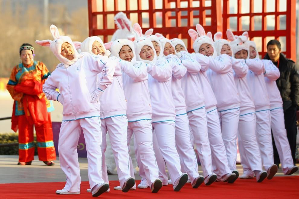 27. CHINY, Pekin, 2 lutego 2011: Występ grupy tanecznej uświetnia noworoczne uroczystości. (Foto: Feng Li/Getty Images)