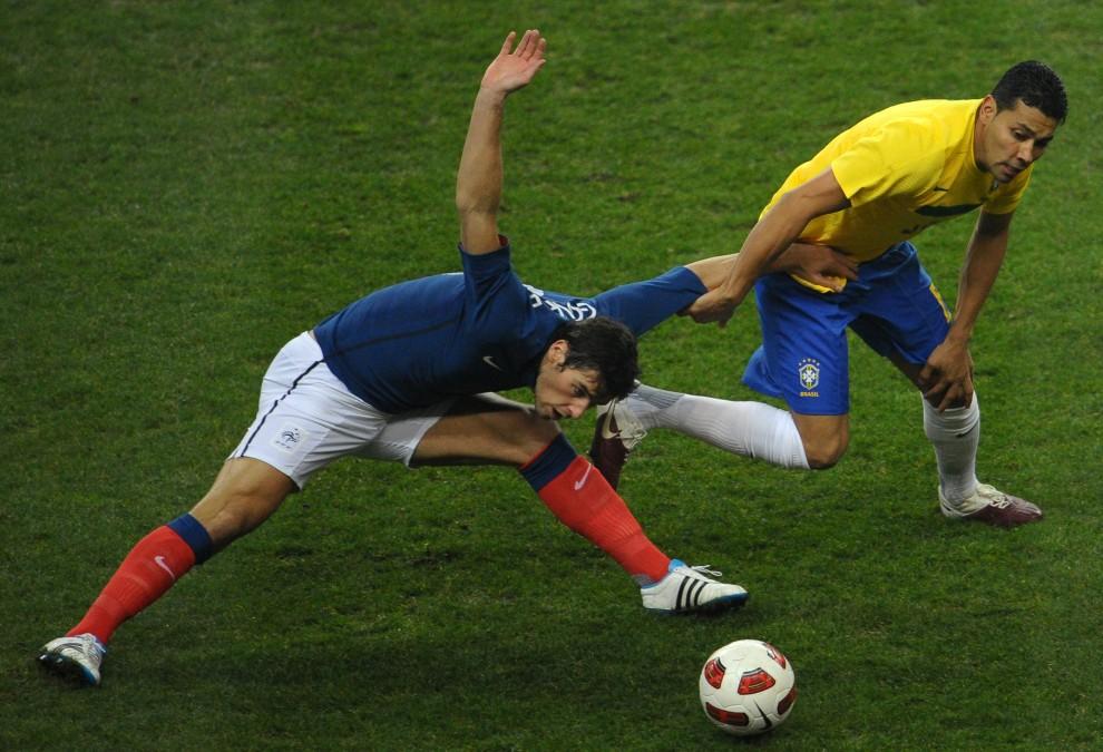 28. FRANCJA, Saint-Denis, 9 lutego 2011: Brazylijski obrońca Andre Santos (po prawej) walczy o piłkę z Yoannem Gourcuff (Francja). AFP PHOTO / BERTRAND   LANGLOIS