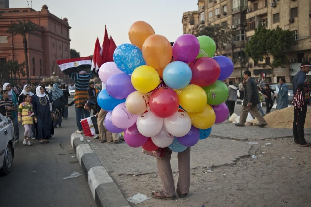 28. EGIPT, Kair, 17 lutego 2011: Sprzedawca balonów na ulicy w Kairze. AFP PHOTO/PEDRO UGARTE