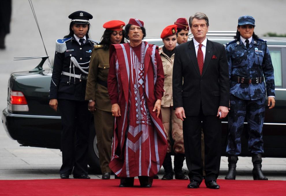 28. UKRAINA, Kijów, 4 listopada 2008: Muammar al-Kaddafi, ze swoją ochroną, w towarzystwie prezydenta  Wiktora Juszczenko. AFP PHOTO/ SERGEI SUPINSKY