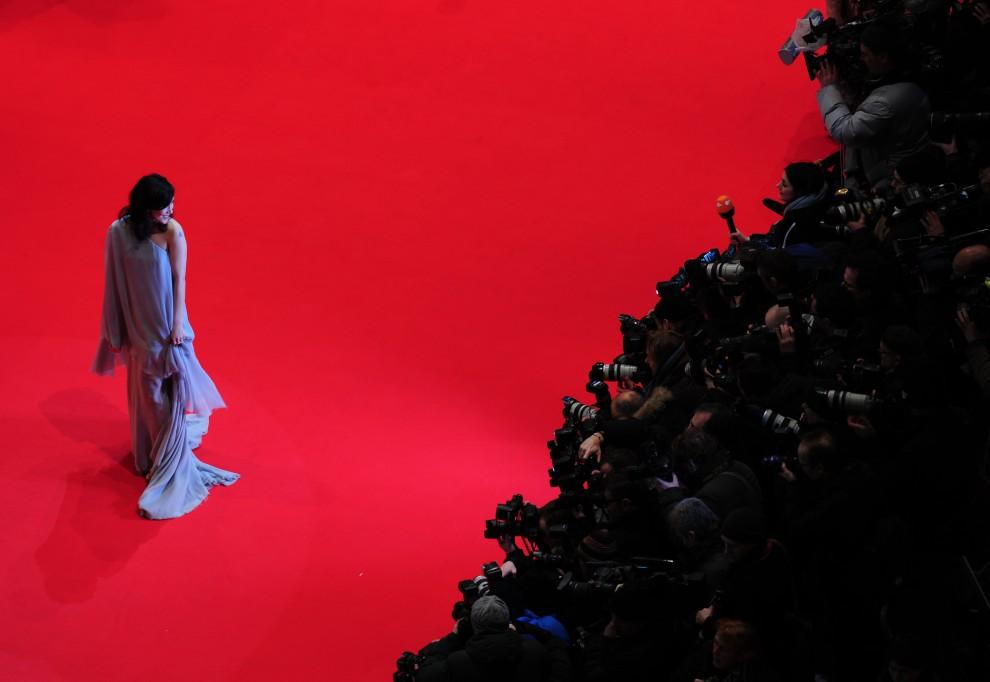"""29. NIEMCY, Berlin, 10 lutego 2011:  Aktorka Sibel Kekilli na czerwonym dywanie przed premierą filmy """"Prawdziwe męstwo. AFP PHOTO / JOHANNES EISELE"""