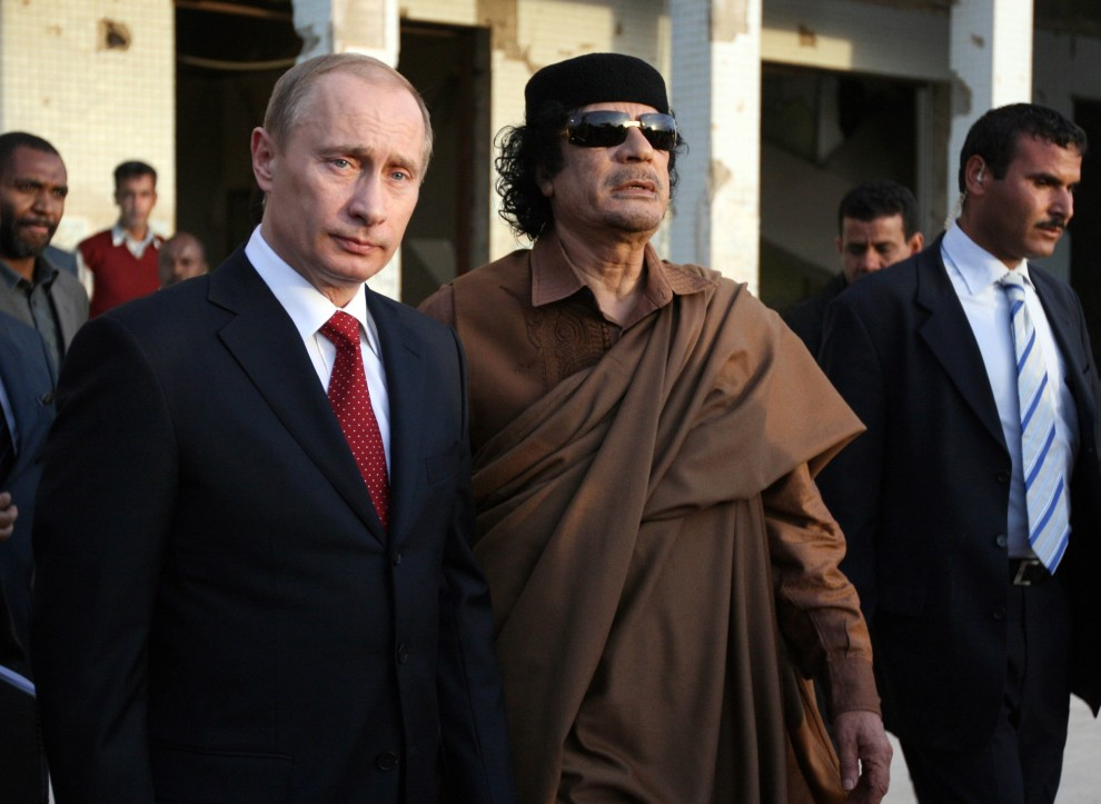 29. LIBIA, Trypolis, 16 kwietnia 2008: Muammar al-Kaddafi podczas spotkania z prezydentem Rosji, Władimirem Putinem. AFP PHOTO/MAHMUD TURKIA