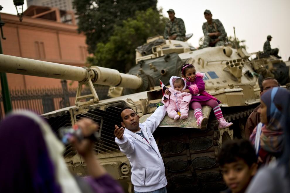 29. EGIPT, Kair, 17 lutego 2011: Rodzina fotografuje się na czołgu zaparkowanym na placu Tharir. AFP PHOTO/PEDRO UGARTE