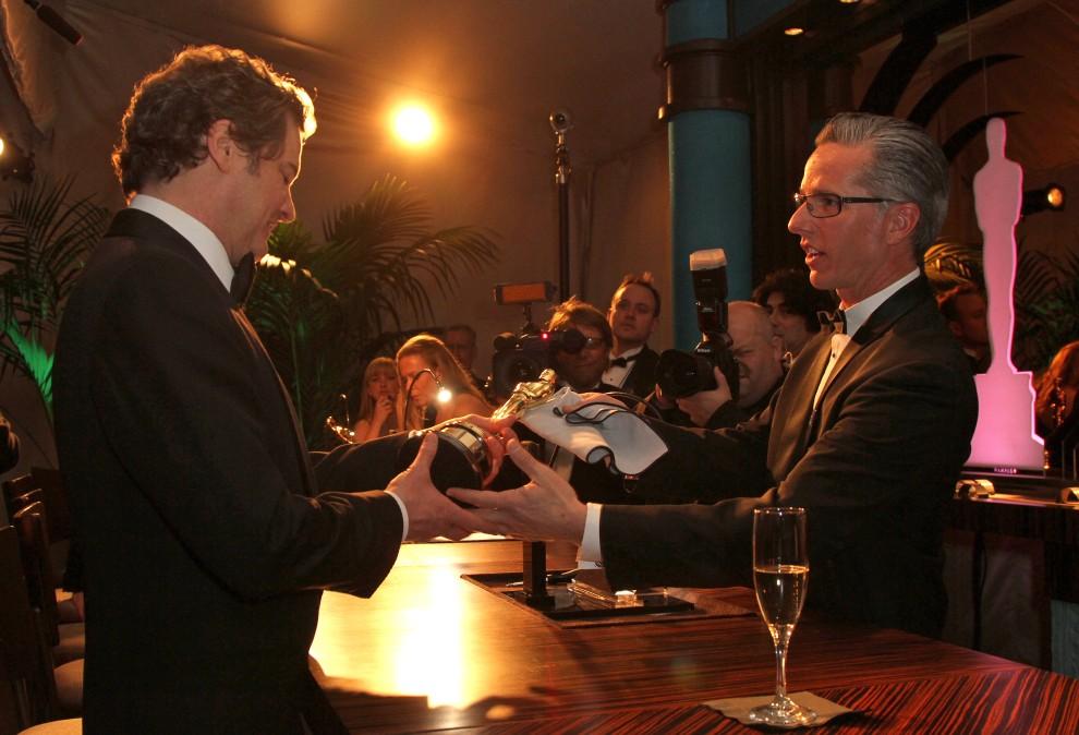 29. USA, Hollywood, 27 lutego 2011: Colin Firth odbiera Oscara z wygrawerowanym imieniem i nazwiskiem. AFP PHOTO / VALERIE MACON