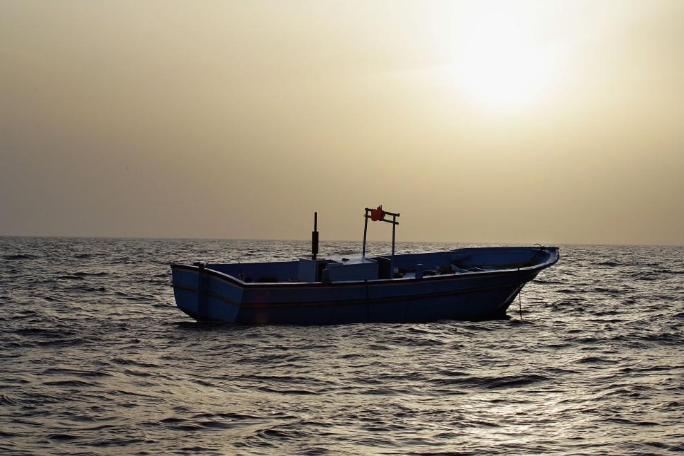 30. WŁOCHY, Lampedusa, 13 czerwca 2005: Pusta łódź, którą imigranci z Tunezji starali się przedostać do Włoch. (Foto: Marco Di Lauro/Getty Images)