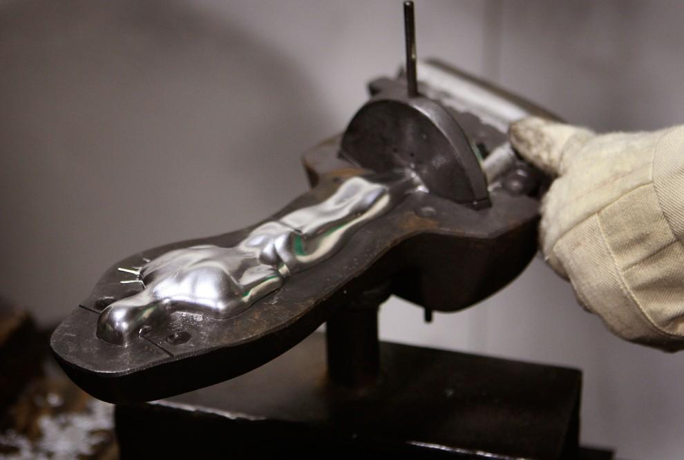 2. USA, Chicago, 27 stycznia 2009: Pracownik R.S. Owens & Company szlifuje statuetkę Oscara. Scott Olson/Getty Images/AFP