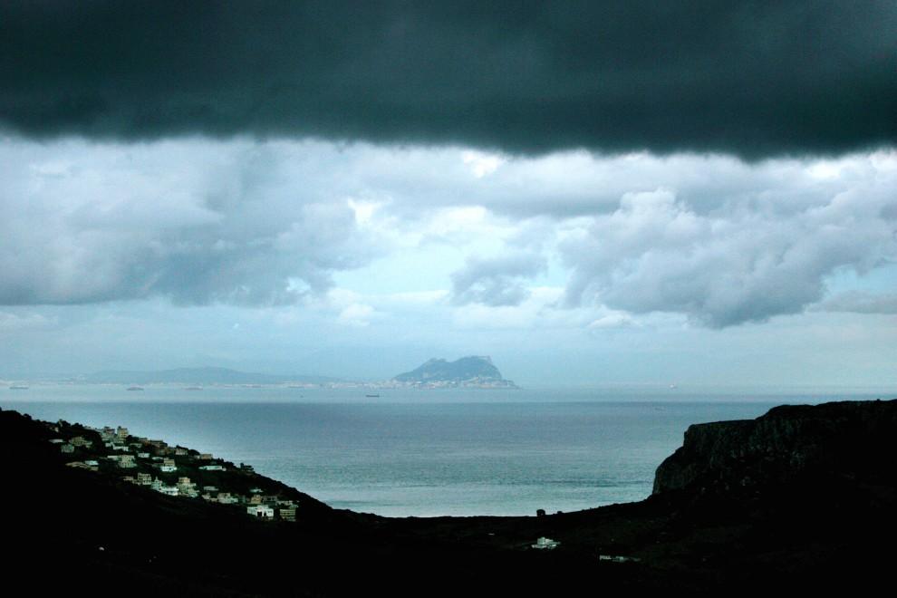 2. MAROKO, Bel Younech, 27 grudnia 2005: Gibraltar widziany z terytorium Maroka. AFP