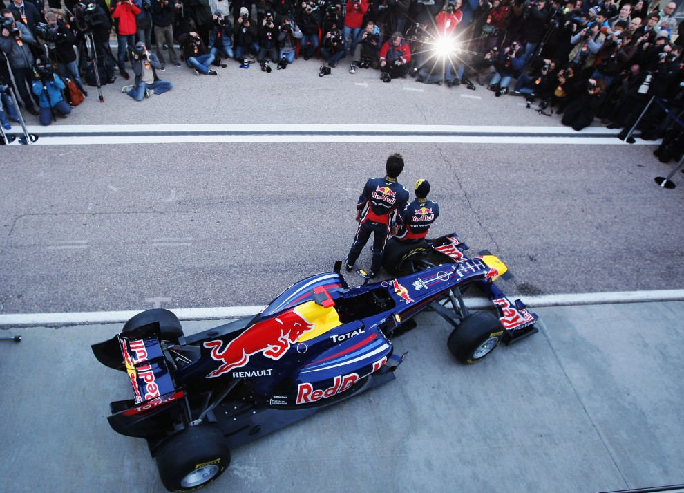 2. HISZPANIA, Walencja, 1 lutego 2011: Sebastian Vettel (po prawej) i Mark Webber (po lewej) podczas prezentacji nowego bolidu. (Foto: Ker Robertson/Getty Images)