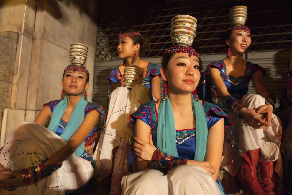 2. TAJLANDIA, Bangkok, 3 lutego 2011: Tancerki czekają na swój występ podczas uroczystości witania nowego roku. (Foto: Paula Bronstein /Getty Images)