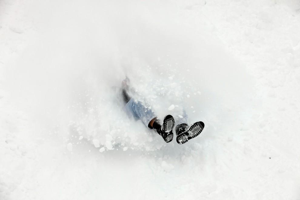 30. USA, Iowa City, 2 lutego 2011: Student miejscowego uniwersytetu zjeżdża z górki w pobliżu uczelni. Chip Somodevilla/Getty Images/AFP