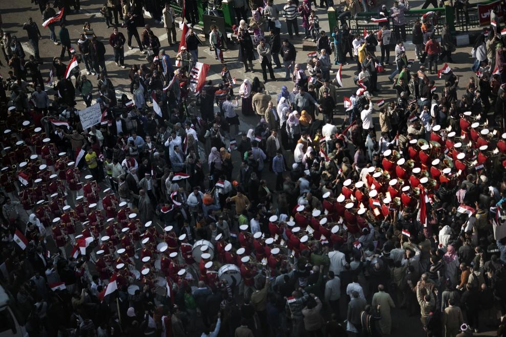 30. EGIPT, Kair, 18 lutego 2011: Orkiestra wojskowa maszeruje pośród ludzi zebranych w centrum miasta. AFP PHOTO/MARCO LONGARI