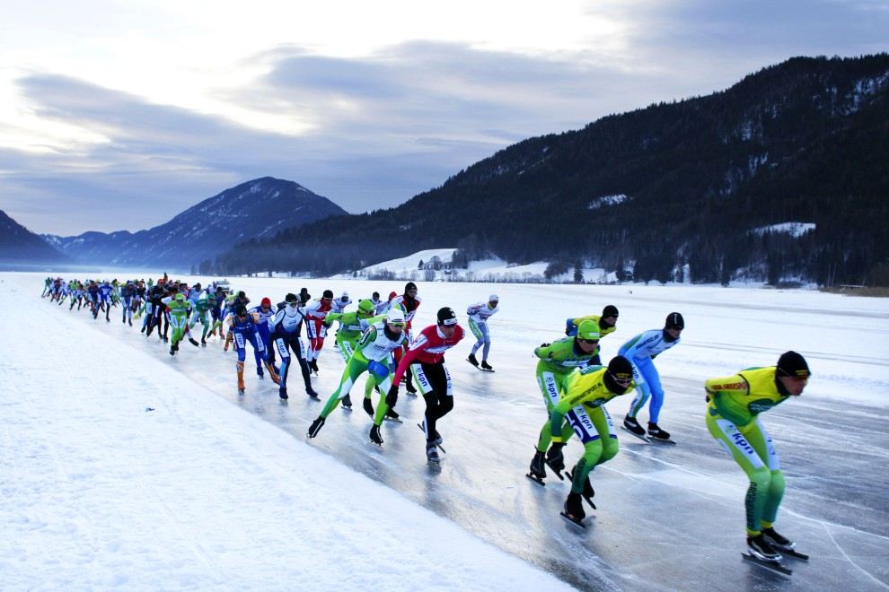30. AUSTRIA, Techendorf, 5 lutego 2011: Łyżwiarze na trasie Alternative Eleven City Races Weissensee. AFP PHOTO / ANP / VINCENT JANNINK