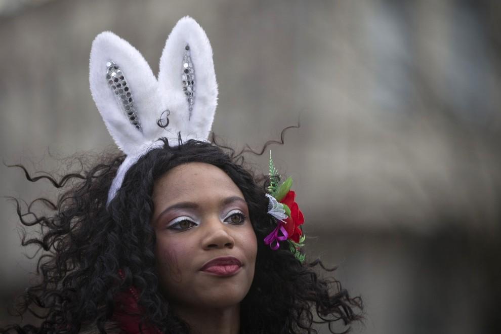 30. FRANCJA, Paryż, 6 lutego 2011: Kobieta w kostiumie królika podczas noworocznej zabawy. AFP PHOTO JOEL SAGET