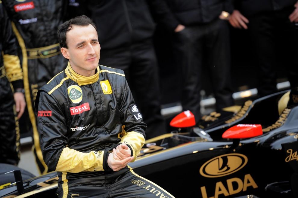 31. HISZPANIA, Walencja, 31 stycznia 2011: Robert Kubica pozuje do zdjęć ze swoim nowym bolidem. AFP PHOTO/ JOSE JORDAN