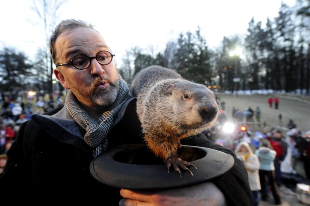 31. USA,  Punxsutawney, 2 lutego 2011: Ben Hughes wraz z podopiecznym – świszczem o imieniu Phil – przepowiadają szybkie nadejście wiosny. (Foto: Jeff Swensen/Getty Images)
