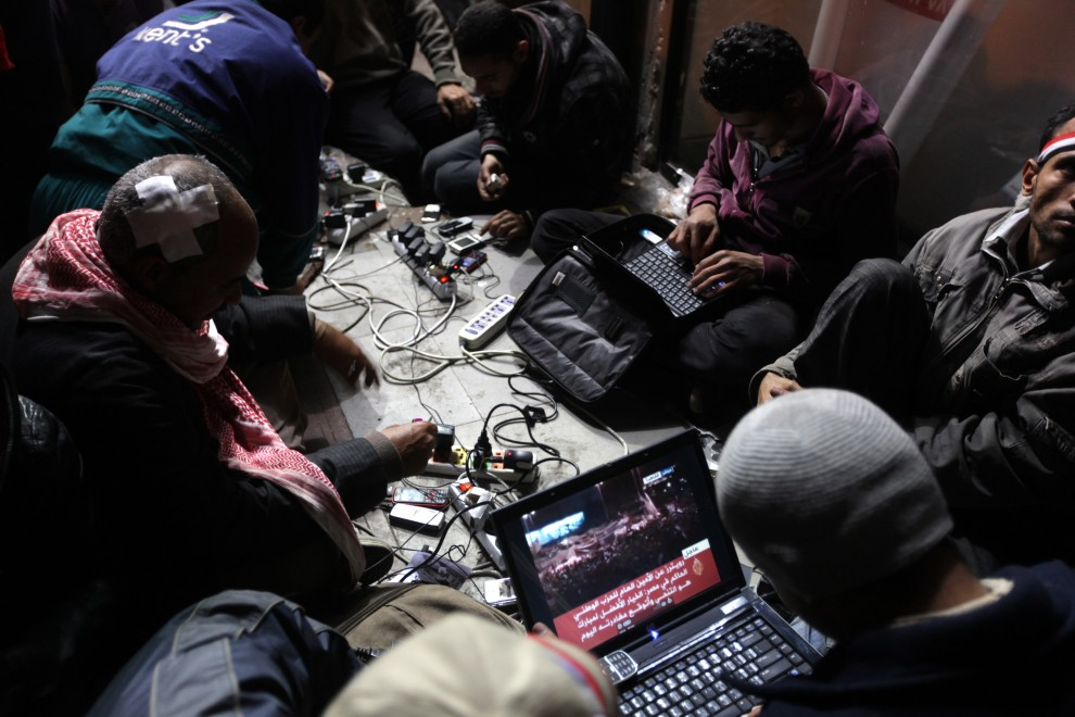 32. EGIPT, Kair, 10 lutego 2011: Opozycyjni blogerzy na placu Tahrir. AFP PHOTO/PATRICK BAZ