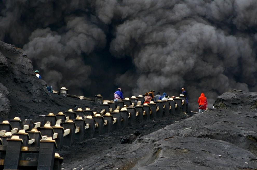 33. INDONEZJA, Mount Bromo, 28 stycznia 2011: Ludzie zmierzają w kierunku krateru Bromo, aby złożyć ofiary bogowi góry. AFP PHOTO / AMAN RAHMAN
