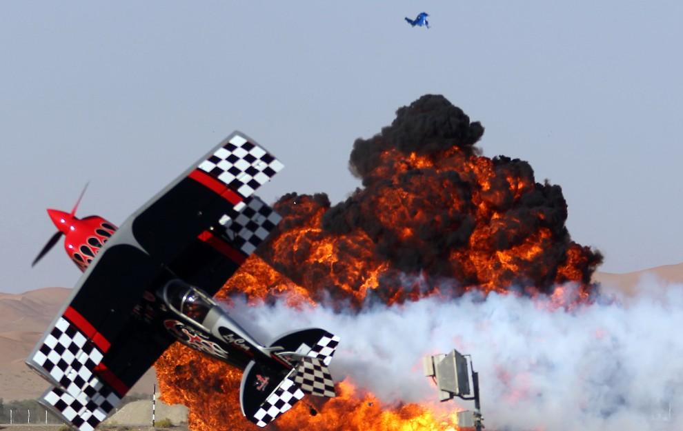 33. ZJEDNOCZONE EMIRATY ARABSKIE, Al-Ain, 4 lutego 2011: Pokaz akrobacji lotniczych na imprezie Al-Ain International Aerobatics Show. AFP PHOTO/KARIM SAHIB