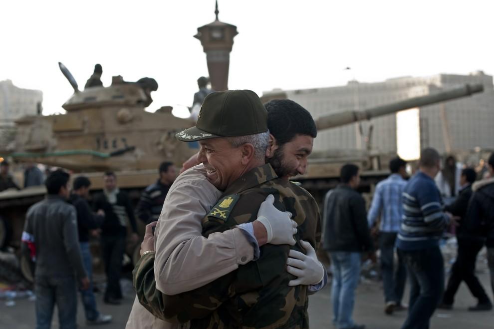 33. EGIPT, Kair, 12 lutego 2011: Mężczyzna przytula się z dowódcą oddziału stacjonującego na placu Tahrir. AFP PHOTO/PEDRO UGARTE