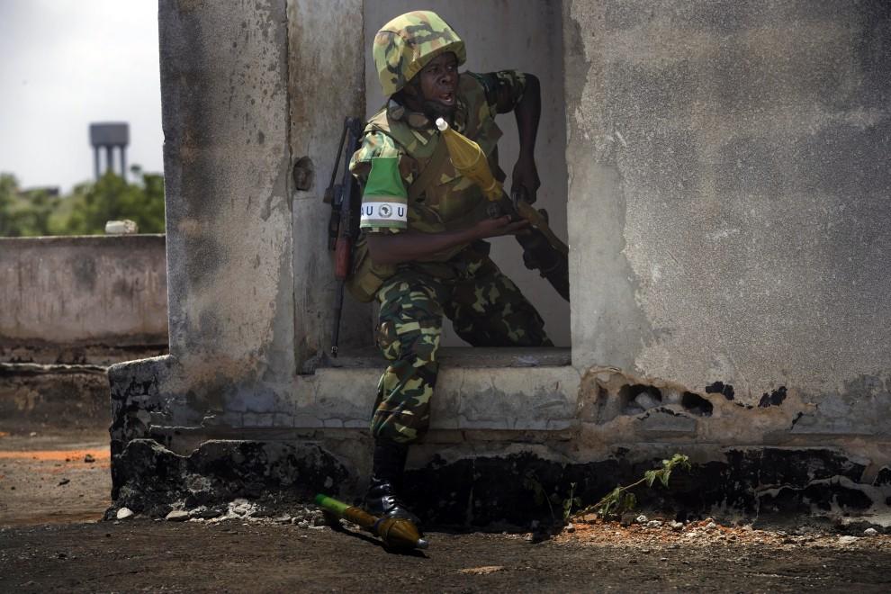 33. SOMALIA, Mogadiszu, 24 lutego 2011: Żołnierz AMISOM (African Union Mission to Somalia, Misja Unii Afrykańskiej w Somalii) podczas starcia z partyzantami. AFP PHOTO / AMICOM PRESS / KATE HOLT