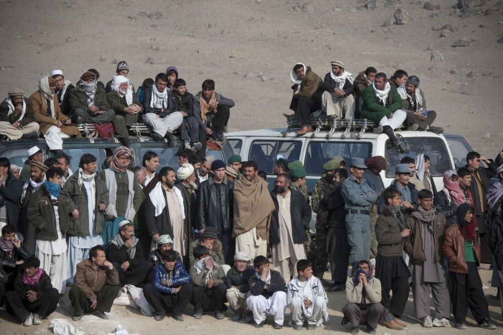 33. AFGANISTAN, Kabul, 21 stycznia 2011: Kibice zebrani wokół areny, na której walczą psy. (Foto:  Majid Saeedi/Getty Images)