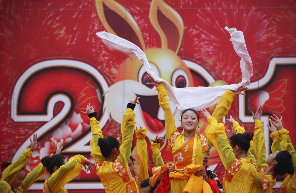 33. CHINY, Pekin, 4 lutego 2011: Tancerki podczas występu w jednej ze świątyń w Pekinie. (Foto: Feng Li/Getty Images)