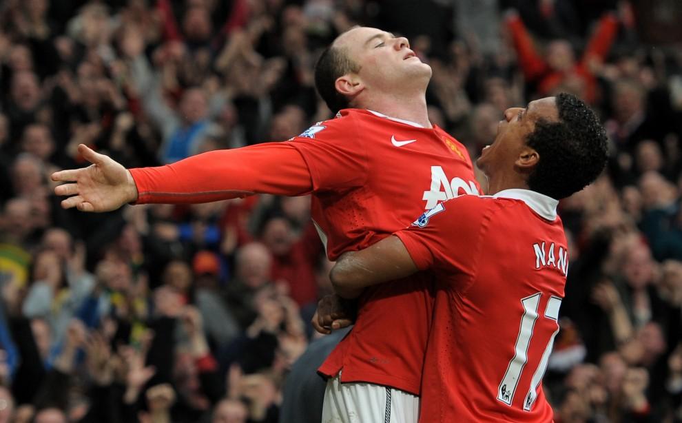 34. WIELKA BRYTANIA, Manchester, 12 lutego 2011: Wayne Rooney (po lewej) cieszy się z pięknej bramki, jaką zdobył w meczu z Manchester City. AFP PHOTO/ANDREW YATES
