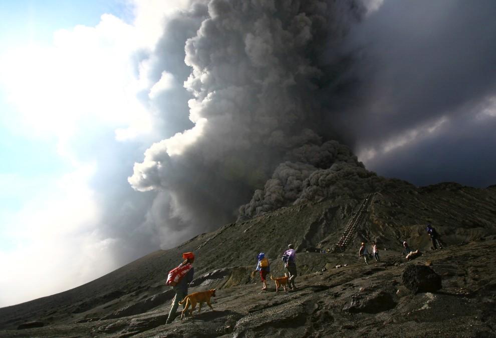 34. INDONEZJA, Mount Bromo, 28 stycznia 2011: Dymiący krater wulkanu Bormo na Jawie. AFP PHOTO / AMAN RAHMAN