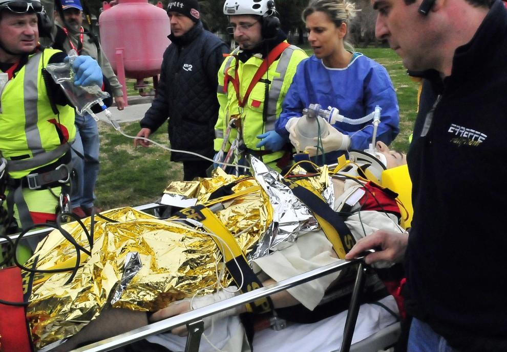 34. WŁOCHY, Pietra Ligure, 6 lutego 2011: Robert Kubica przewożony do ambulansu po wypadku na trasie Ronde di Andora. AFP PHOTO / TOMMASO MARINELLI