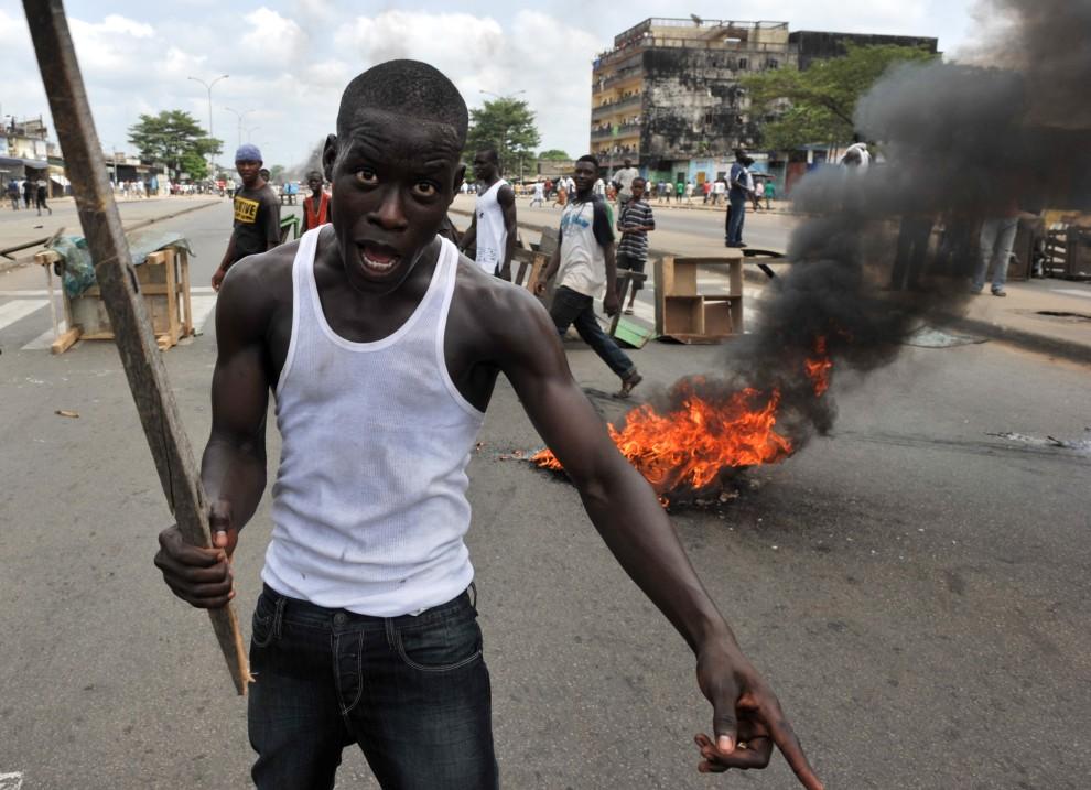 34. WYBRZEŻE KOŚCI SŁONIOWEJ, Abidżan, 19 lutego 2011: Przeciwnicy prezydenta Laurenta Gbagbo protestujący na ulicach Abidżanu. AFP PHOTO/ISSOUF SANOGO
