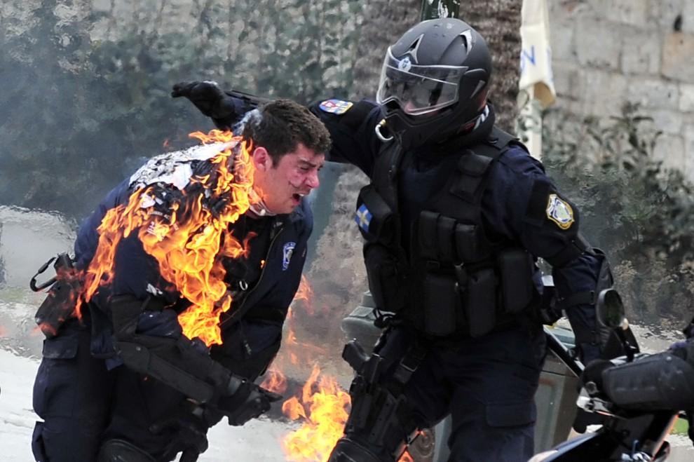 35. GRECJA, Ateny, 23 lutego 2011: Policjant podpalony w trakcie zamieszek wywołanych przez przeciwników planu oszczędności zaproponowanego przez rząd. AFP PHOTO / Aris Messinis