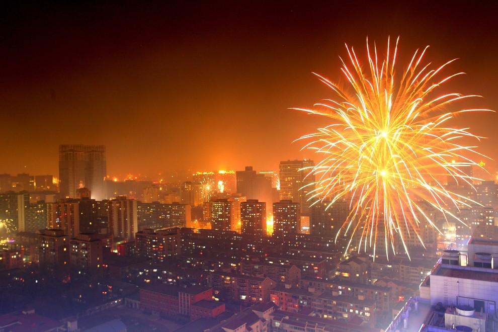 35. CHINY, Pekin, 3 lutego 2011: Sztuczne ognie rozświetlają niebo podczas uroczystości związanych z nadejściem nowego roku (według kalendarza księżycowego). (Foto: Lintao Zhang/Getty Images)