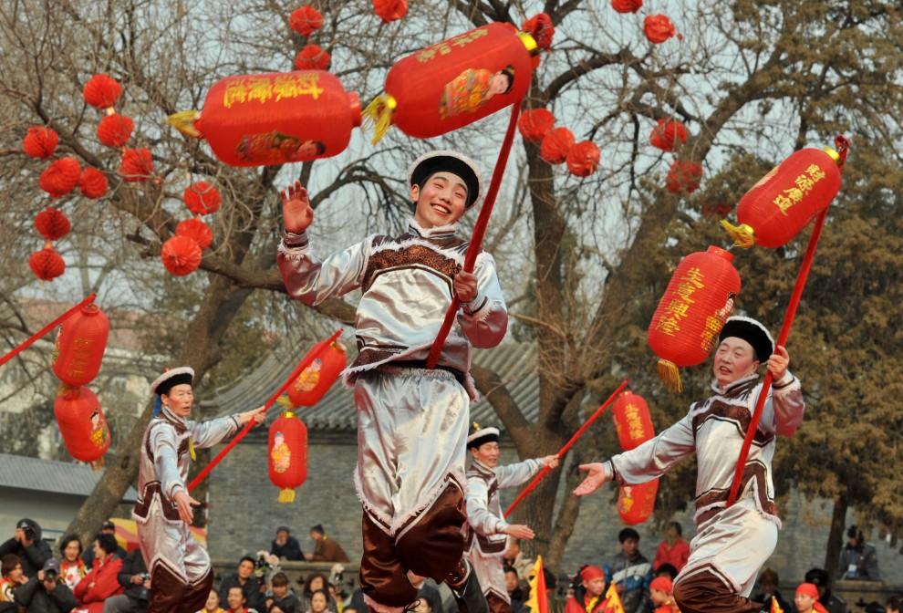 35. CHINY, Pekin, 5 lutego 2011: Tancerze podczas uroczystości w świątyni Dongyue. (Foto: ChinaFotoPress/Getty Images)