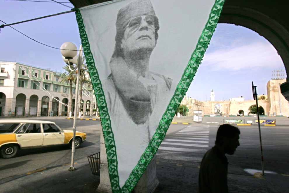 36. LIBIA, Trypolis, 15 października 2004: Propożec z podobizną  Muammara al-Kaddafiego na ulicy w Trypolisie. AFP PHOTO JOHN MACDOUGALL