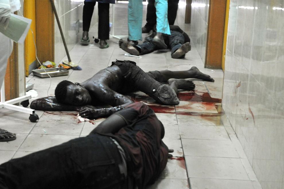 36. WYBRZEŻE KOŚCI SŁONIOWEJ, Abidżan, 21 lutego 2011: Cywile ranni podczas zamieszek leżą na podłodze w szpitalu.  AFP PHOTO/ ISSOUF SANOGO