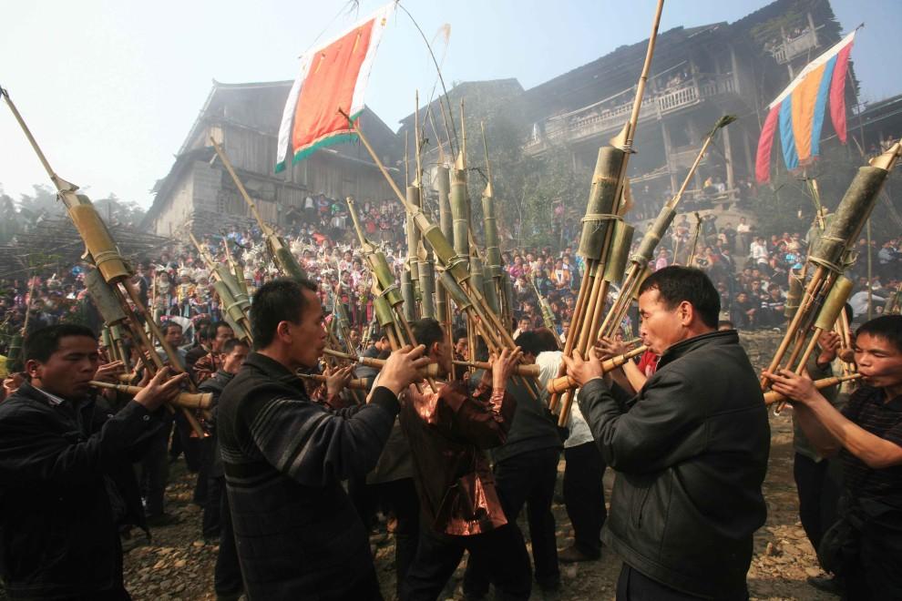 36. CHINY, Rongshui, 5 lutego 2011: Mężczyźni grają na tradycyjnych instrumentach zrobionych a bambusowych tyczek. (Foto: ChinaFotoPress/Getty Images)