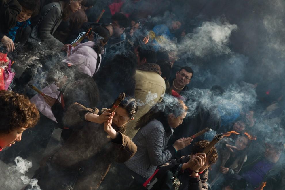 37. CHINY, Szanghaj, 4 lutego 2011: Modlący się w świątyni palą kadzidła w intencji zanoszonych modlitw. AFP PHOTO / Philippe Lopez