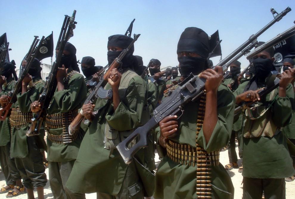 37. SOMALIA, Mogadiszu, 17 lutego 2011: Oddziały bojowników wiernych Al-Kaidzie podczas ćwiczeń. AFP PHOTO/Abdurashid ABDULLE