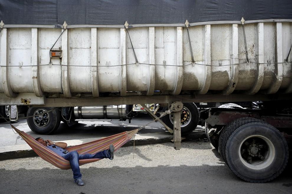 39. KOLUMBIA, Yumbo, 17 lutego 2011: Kierowca ciężarówki podczas blokady zorganizowanej przez związek zawodowy kierowców. AFP PHOTO/Luis ROBAYO