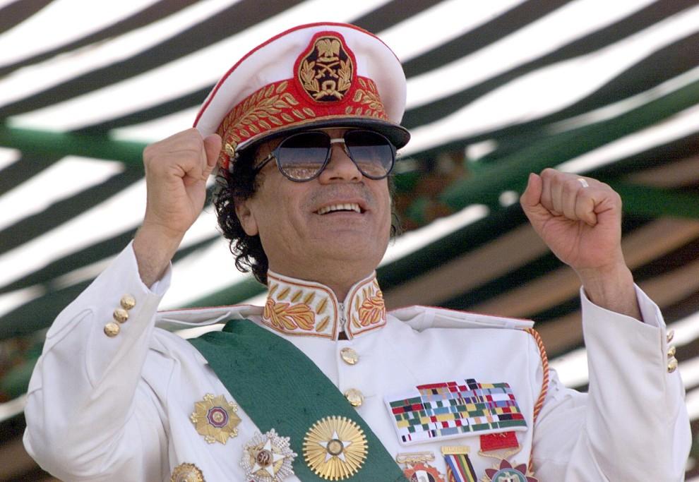 3. LIBIA, Trypolis, 7 września 1999: Muammar al-Kaddafi pozdrawia z trybuny paradujących żołnierzy. AFP