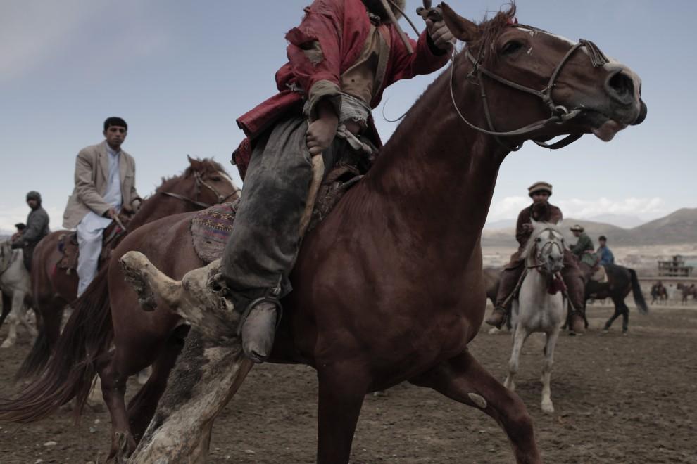 3. AFGANISTAN, Kabul, 23 kwietnia 2010: Jeździec  stara się nie stracić trzymanej kozy. AFP PHOTO/Mauricio LIMA