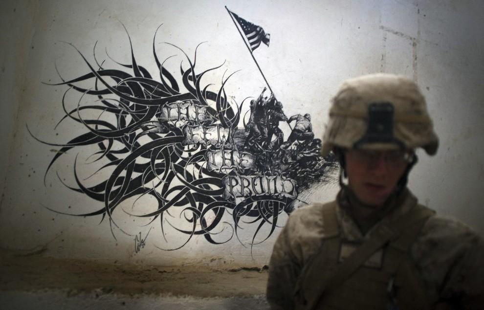 3. AFGANISTAN, Musa Qala, 27 stycznia 2011: Rysunek na murze okalającym bazę wojskową w Musa Qala. AFP PHOTO / DMITRY KOSTYUKOV